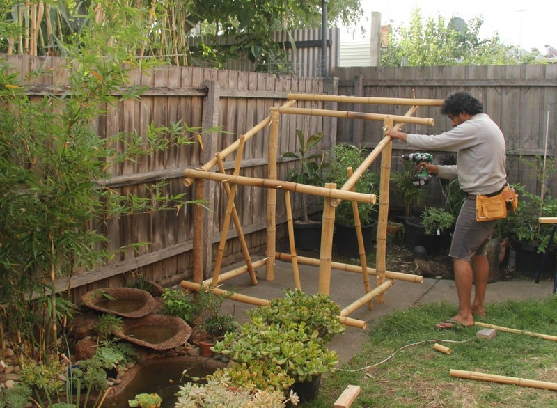 Fixing the bamboo frame together with cross pieces in place