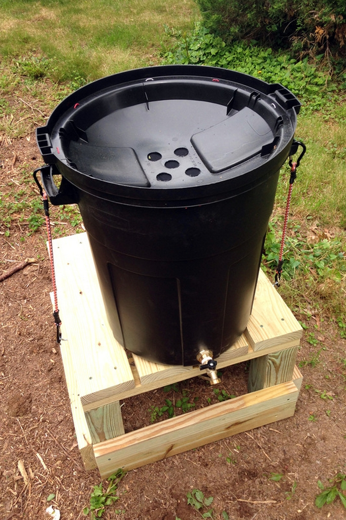 easy stand alone rain barrel from a garbage can your