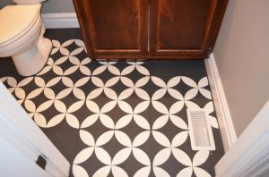 Make your bathroom floor unique with chalk paint!