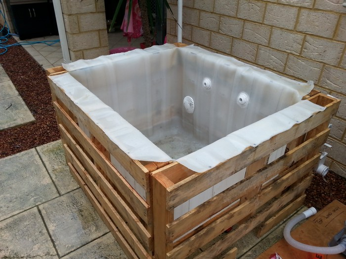 Learn how to build a plunge pool with pallets and an ibc for Jacuzzi casero exterior