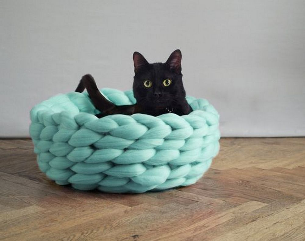 These DIY chunky knitted cat beds will be perfect as gifts for your pet-loving friends.