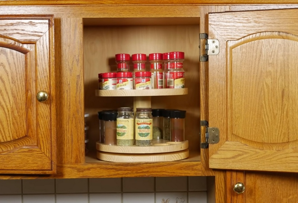 With this DIY spinning spice rack, your spices are easy to read and reach!