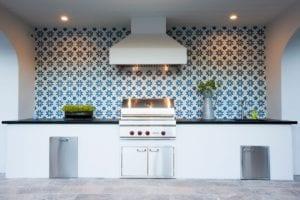 6 Stunning Backsplash Materials for Your Outdoor Kitchen