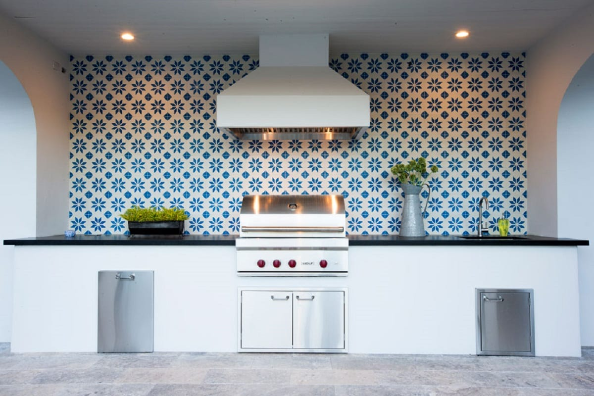 6 Stunning Backsplash Materials for Your Outdoor Kitchen