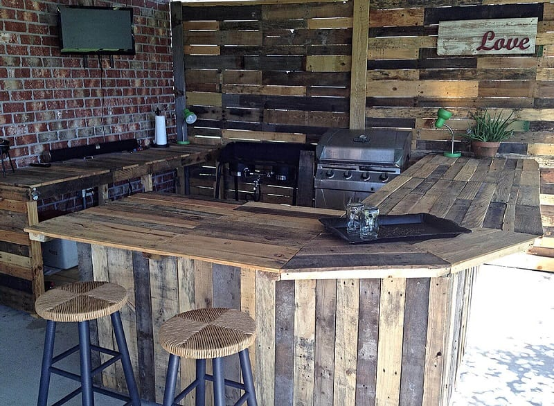 For a simple, natural outdoor look, you can use wooden pallet boards as a backsplash.