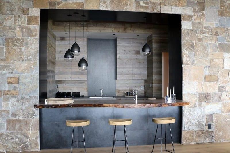 Los paneles de acero galvanizado asequibles e increíblemente duraderos le dan a su cocina al aire libre un aspecto moderno, industrial y elegante.