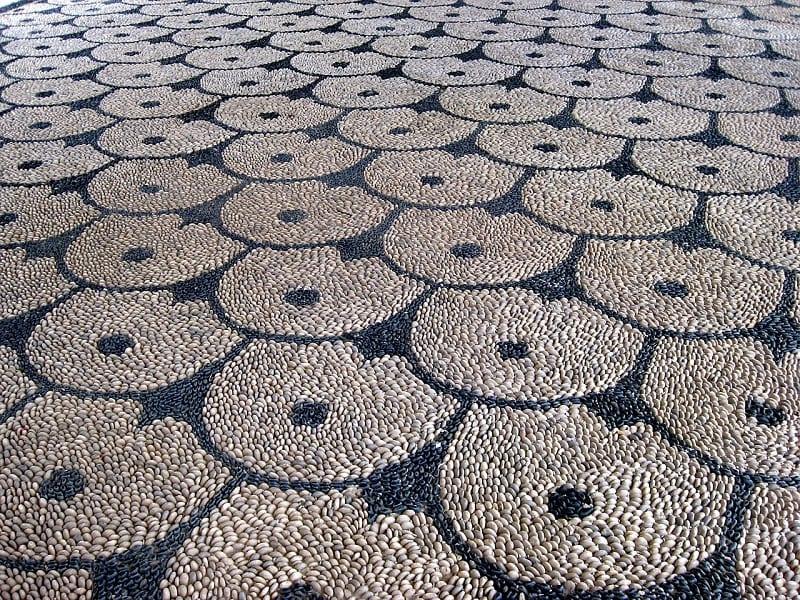 Los mosaicos de guijarros crean una pared trasera vibrante y llamativa que es duradera, resistente a la intemperie y fácil de mantener.