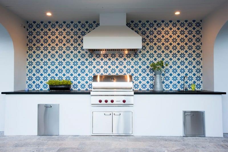 Al expandir su patio o terraza con una cocina al aire libre, agrega una habitación más a su hogar.